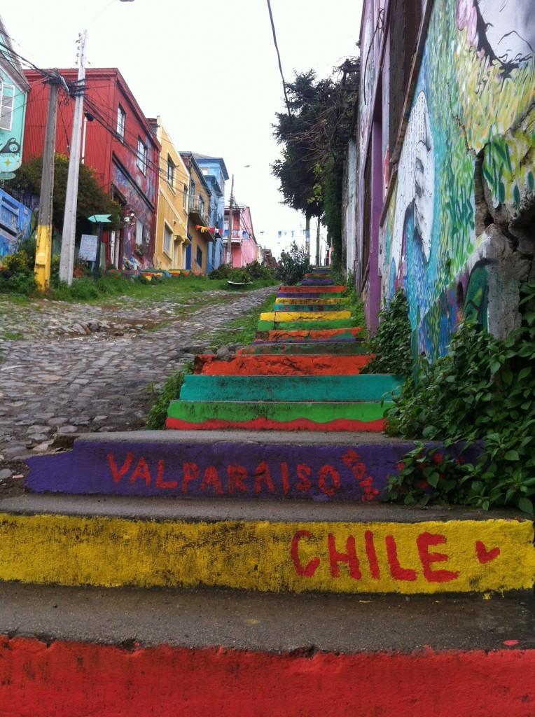 Escaliers couleurs et street art à Valparaíso