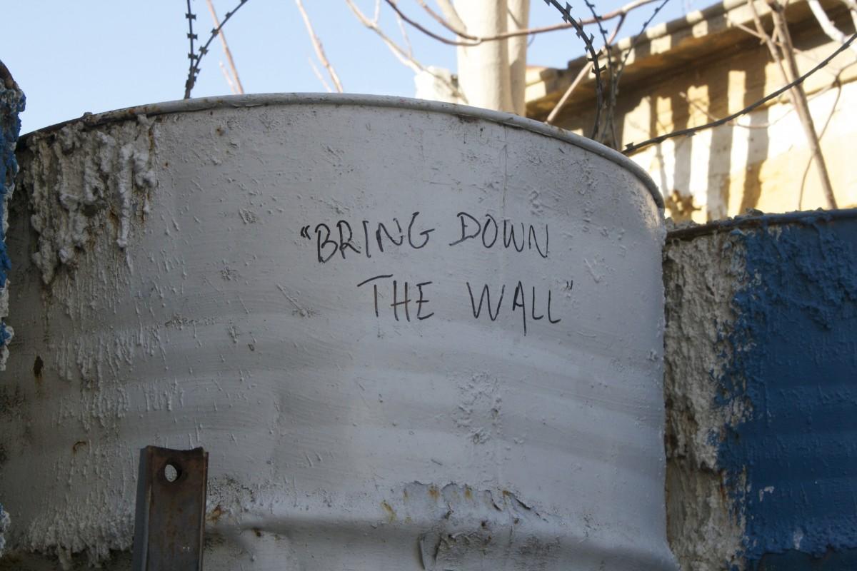 A Nicosie, capitale de la partie grecque de l'île, certains Chypriotes s'opposent au mur qui les séparent (Crédit photo : Dylan Gamba)