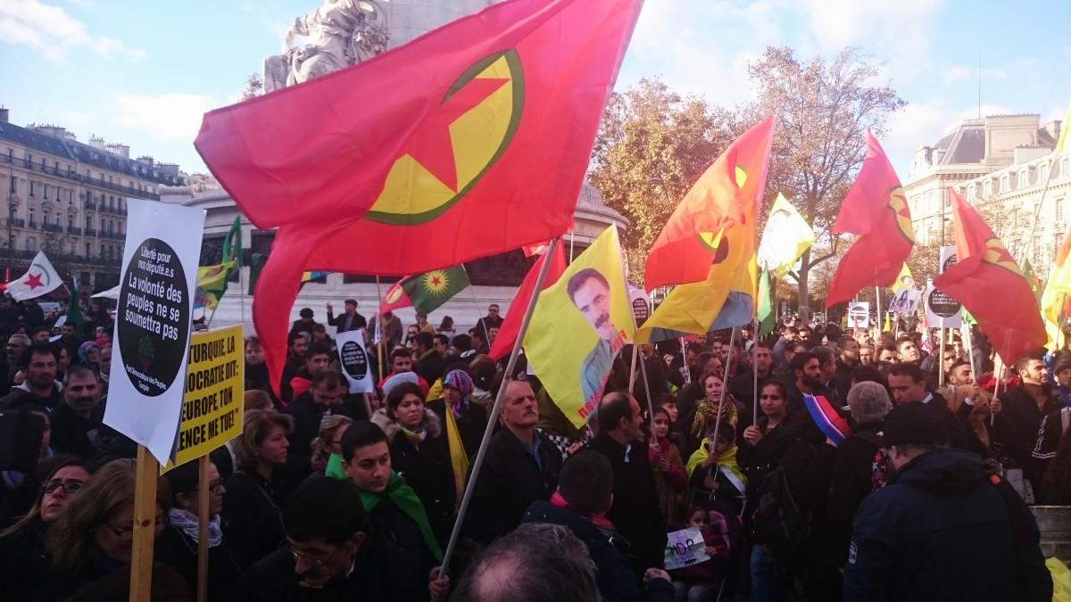 Des milliers de Kurdes manifestent à Paris pour demander la libération de leurs députés enfermés en Turquie